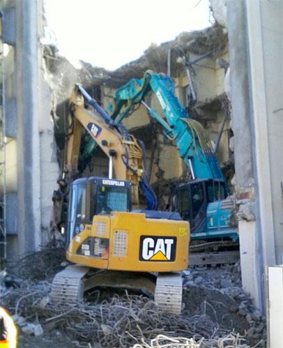 ユンボによるビル解体の始まり